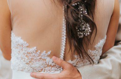 une femme avec des extensions adhésives dans les cheveux